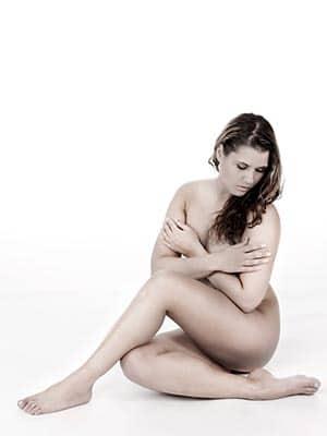 Aktfoto mit sitzender, nackter Frau im Fotostudio Keepsmile, Castrop-Rauxel