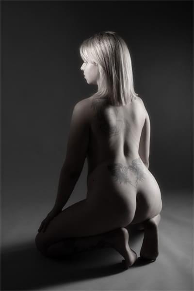 Aktfoto hockende nackte Frau im Fotostudio Keepsmile