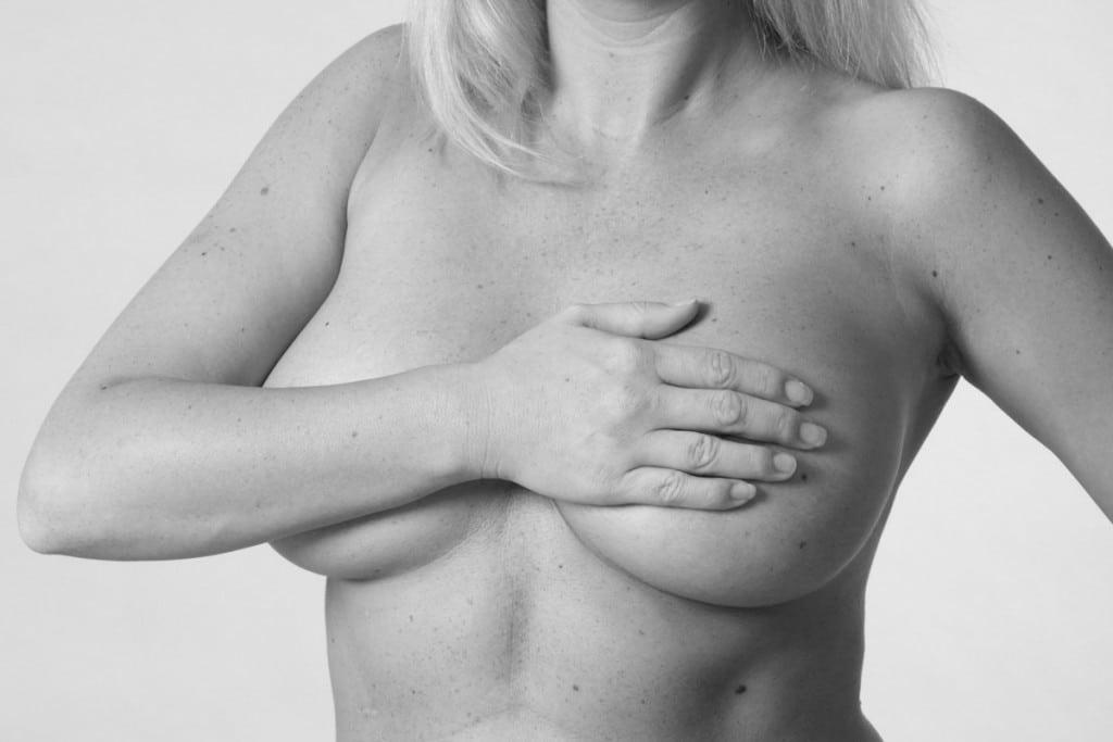 Nackte Frau mit verdeckter Brust - erotisches Aktfoto