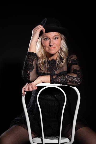 Frau in Schwarz auf Stuhl im Fotostudo Kepesmile, Castrop-Rauxel