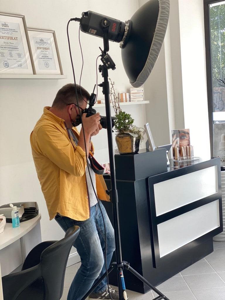 Uwe Wortmann Fotograf im Fotostudio Keepsmile bei einem Termin bei JM Cosmetic, Dortmund. Während Corona mit Maske